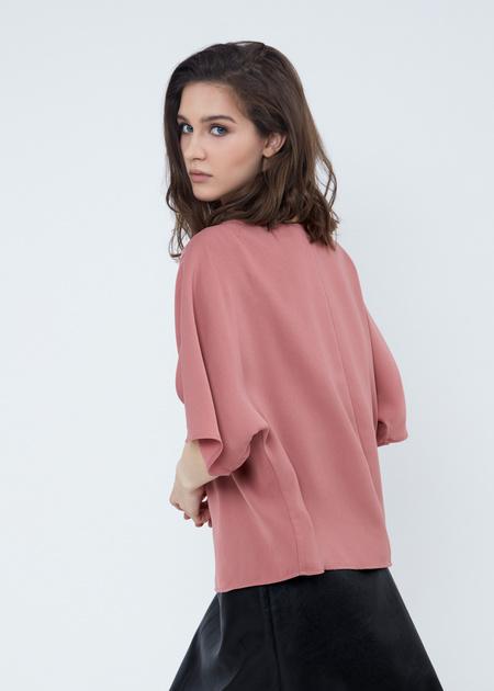 Струящаяся блузка с кулоном - фото 5