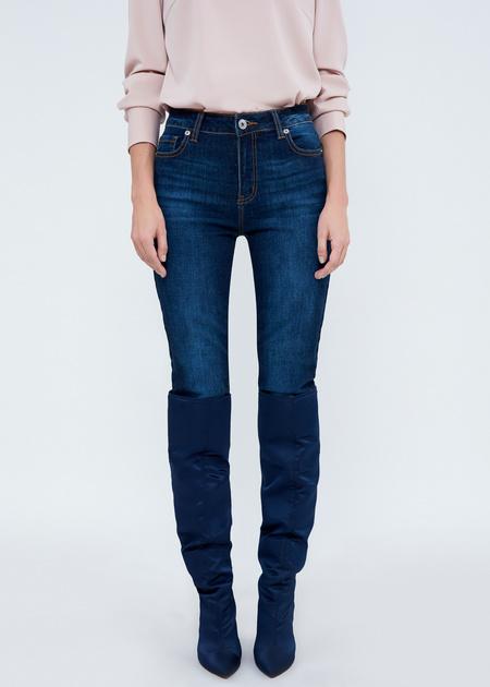 Зауженные джинсы с эффектом потертости - фото 2