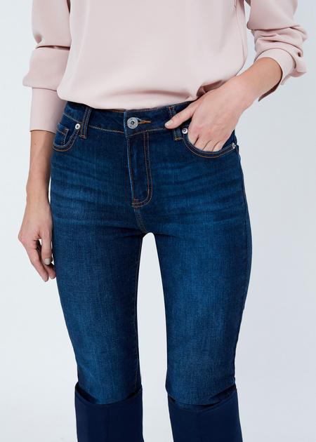Зауженные джинсы с эффектом потертости - фото 4