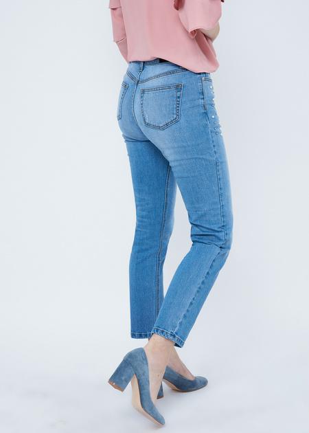 Укороченные джинсы со стразами и бусинами - фото 3