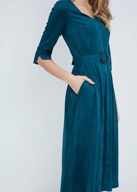 Замшевое платье-миди с поясом - фото 4