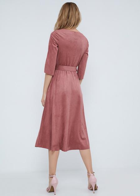 Замшевое платье-миди с поясом - фото 6