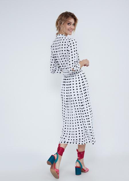 Платье-миди с воротником-стойкой - фото 6