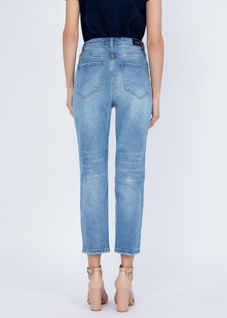 Укороченные джинсы с эффектом потертости - фото 4
