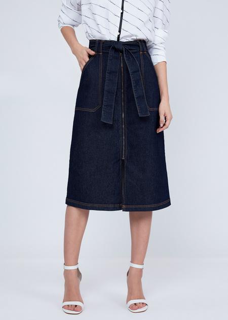 Джинсовая юбка-миди с поясом - фото 2