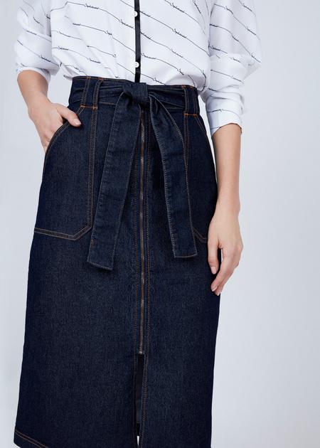 Джинсовая юбка-миди с поясом - фото 3