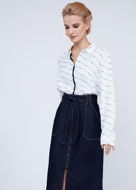 Джинсовая юбка-миди с поясом - фото 4