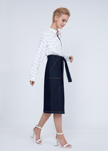 Джинсовая юбка-миди с поясом - фото 5