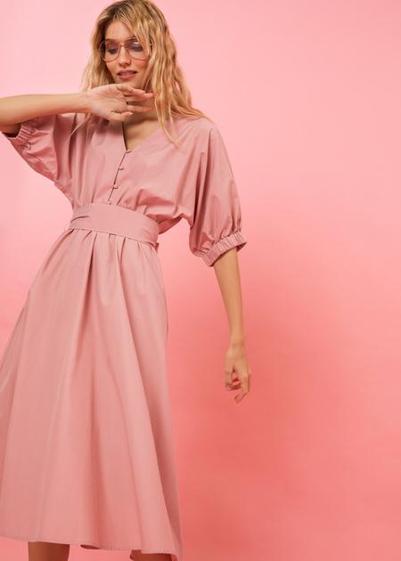 Платье-миди с поясом и пуговицами - фото 3