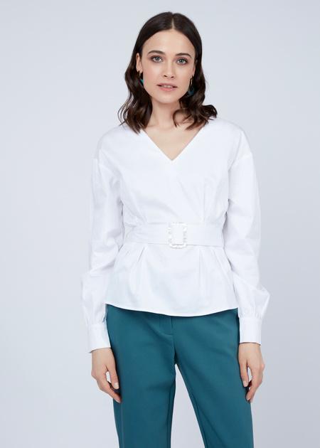 Блузка с V-образным вырезом и ремнем - фото 1