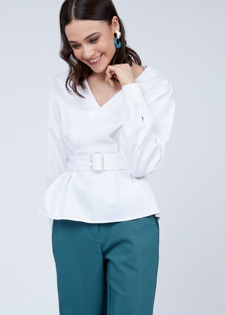 Блузка с V-образным вырезом и ремнем - фото 4