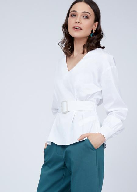 Блузка с V-образным вырезом и ремнем - фото 5