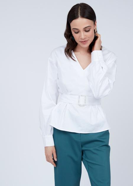 Блузка с V-образным вырезом и ремнем - фото 6