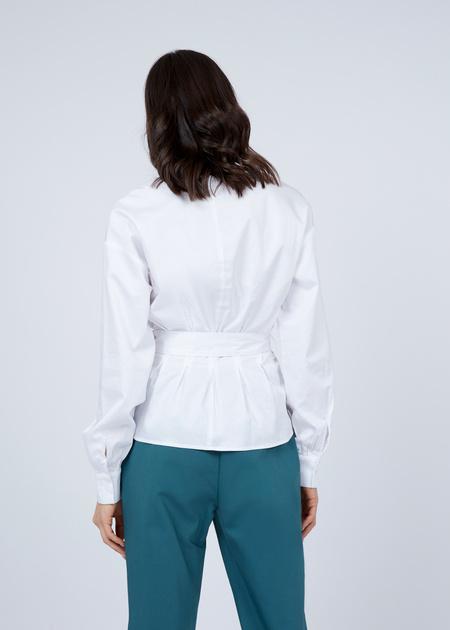 Блузка с V-образным вырезом и ремнем - фото 7