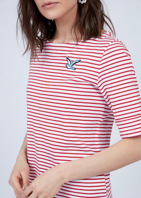 Приталенная футболка с нашивкой - фото 3