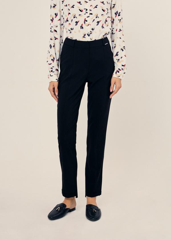Зауженные брюки с асимметричным низом