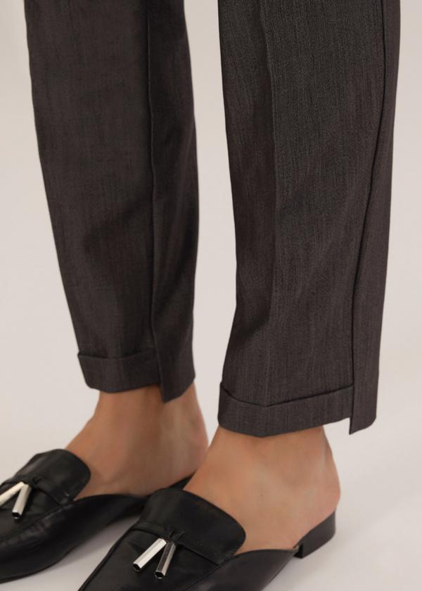 Укороченные брюки с асимметричным низом - фото 2