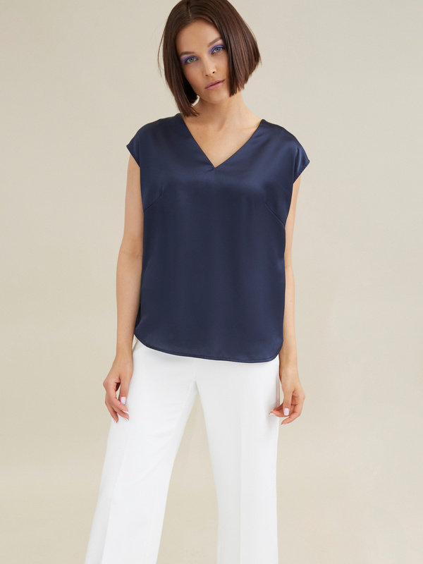 Атласная блузка с цепочкой - фото 1