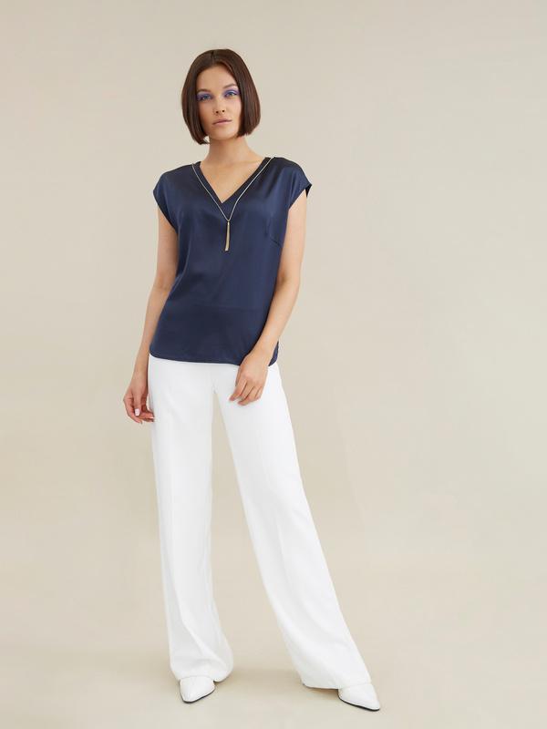 Атласная блузка с цепочкой - фото 6