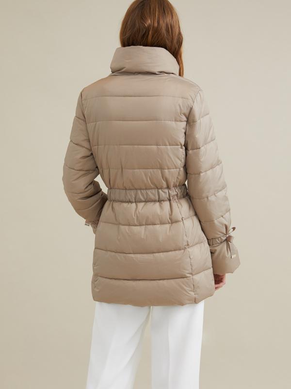 Куртка с поясом и завязками на рукавах - фото 6