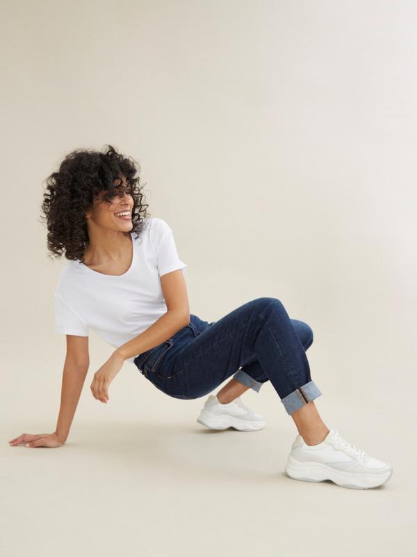 Прямые джинсы с эффектом потертости - фото 2