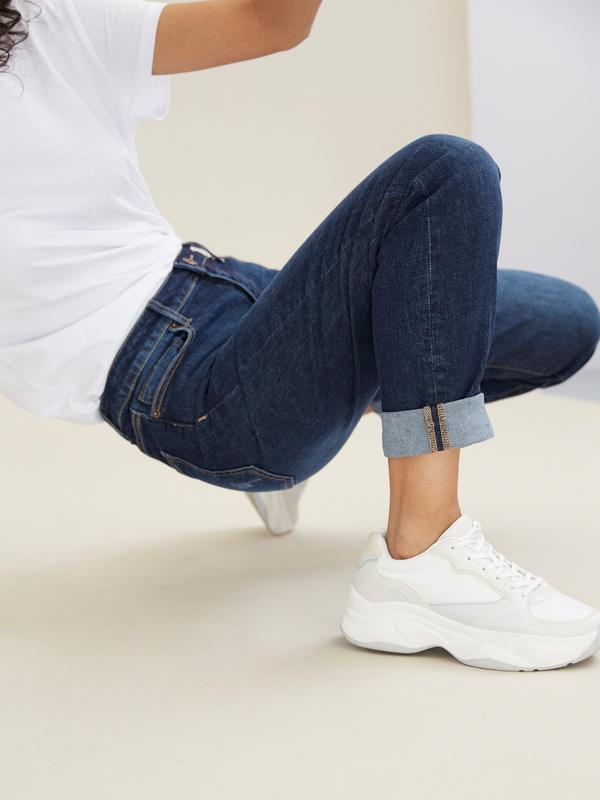 Прямые джинсы с эффектом потертости - фото 6