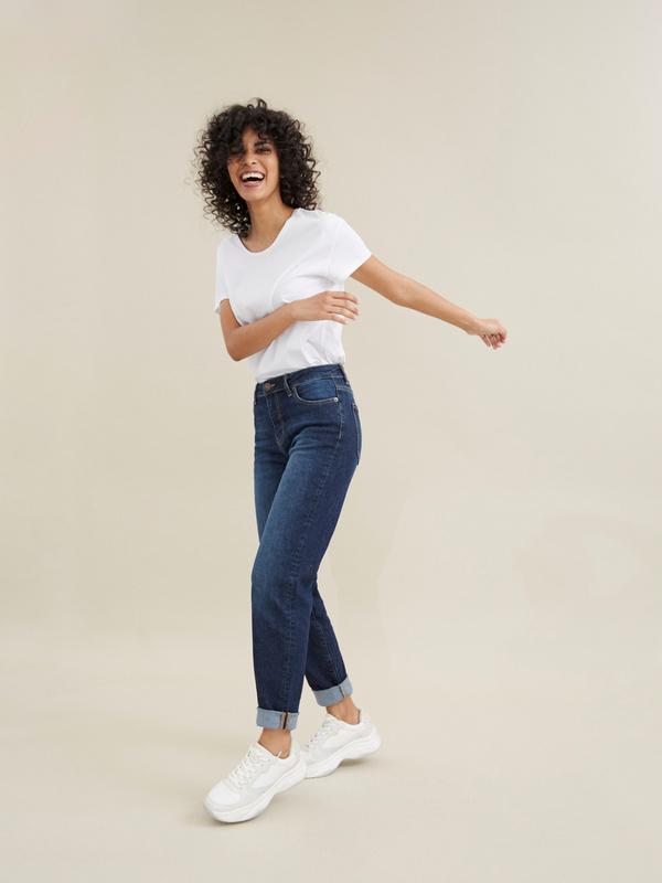 Прямые джинсы с эффектом потертости - фото 7