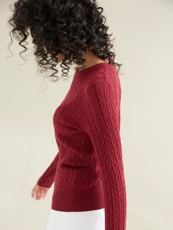 Облегающий джемпер вязки косами - фото 6