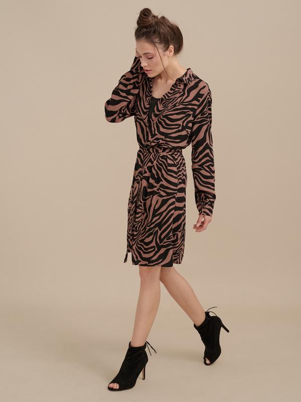 Платье-рубашка с анималистичным принтом - фото 2