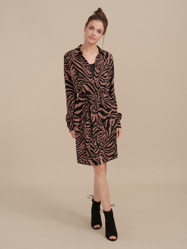 Платье-рубашка с анималистичным принтом - фото 3