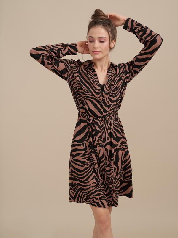 Платье-рубашка с анималистичным принтом - фото 4