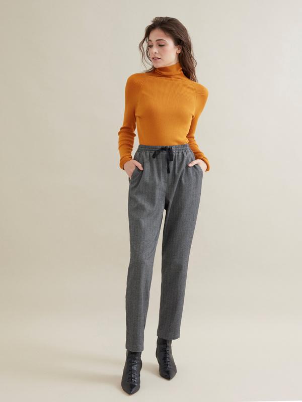 Зауженные брюки с эластичным поясом на завязках - фото 1