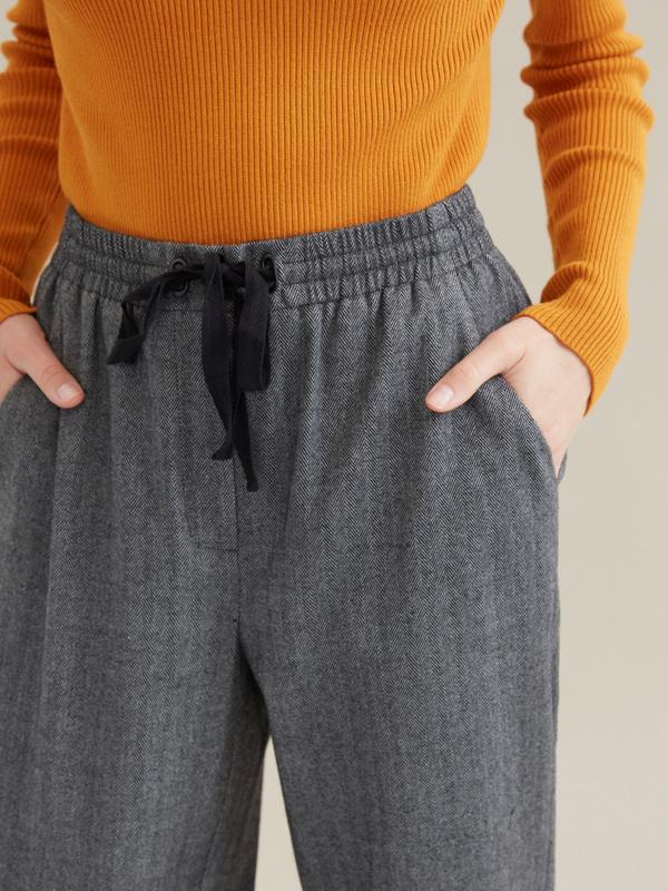 Зауженные брюки с эластичным поясом на завязках - фото 2