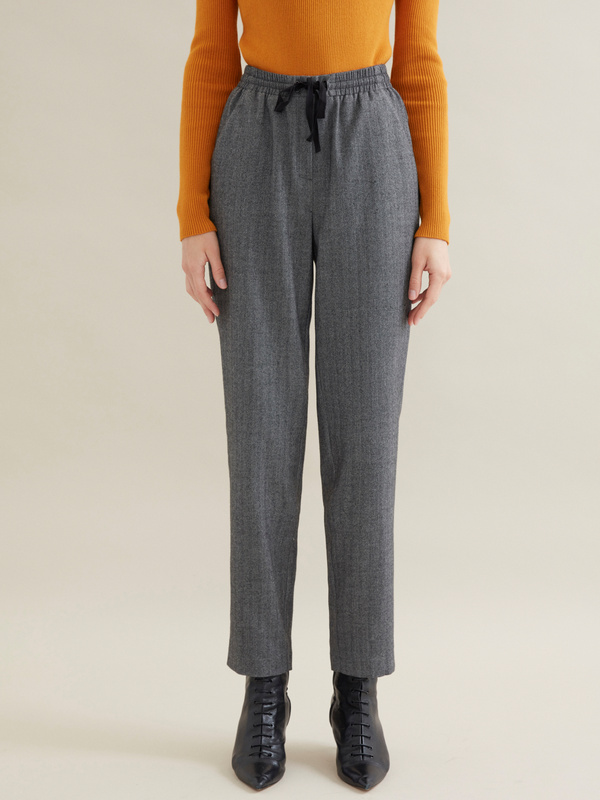 Зауженные брюки с эластичным поясом на завязках - фото 3