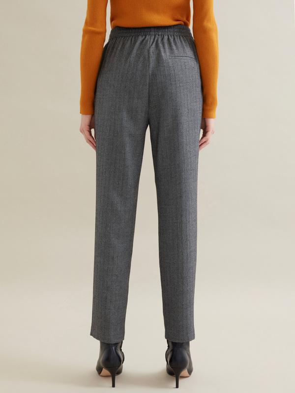 Зауженные брюки с эластичным поясом на завязках - фото 4