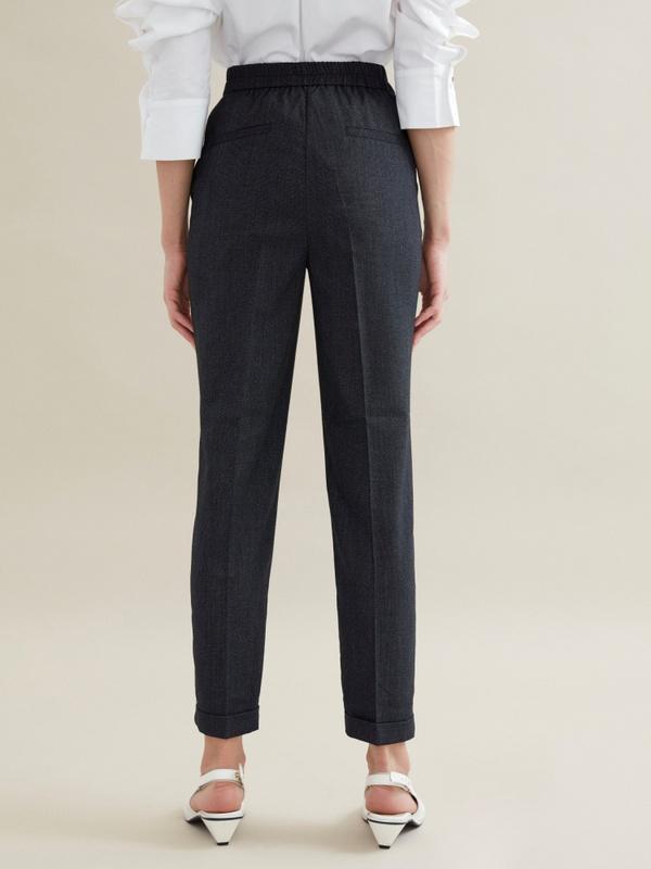 Зауженные брюки с эластичным поясом и подворотами - фото 5