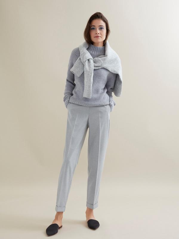 Зауженные брюки с эластичным поясом и подворотами