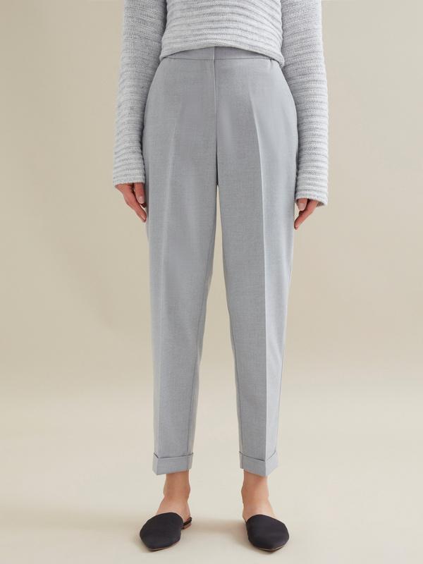 Зауженные брюки с эластичным поясом и подворотами - фото 2