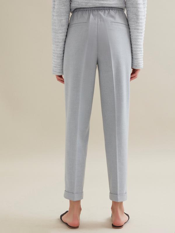 Зауженные брюки с эластичным поясом и подворотами - фото 3