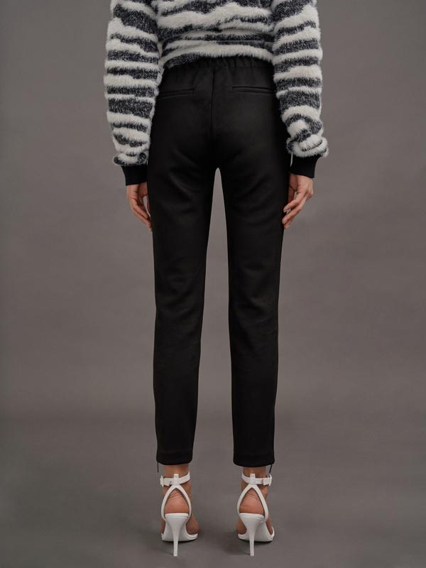 Зауженные брюки имитация замши - фото 3