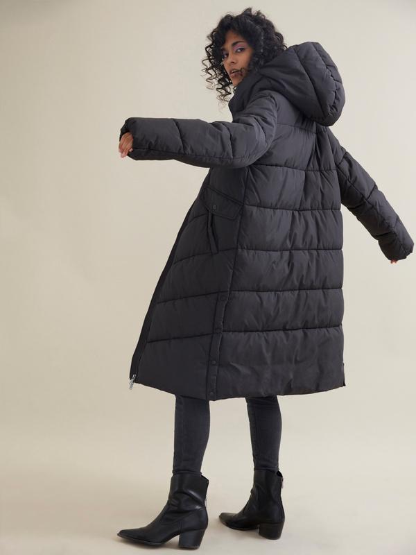Длинное стеганое пальто с капюшоном - фото 4