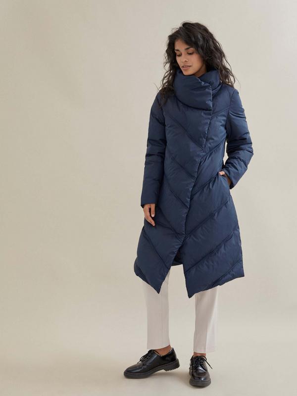 Стеганое пальто с ассиметричной застежкой - фото 1