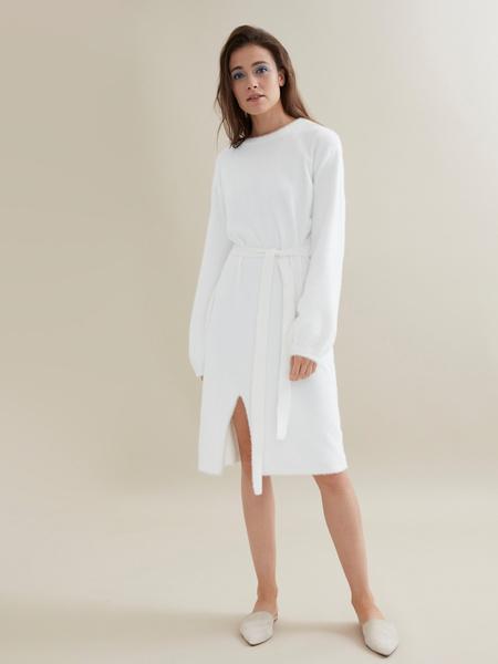 Трикотажное платье с поясом - фото 2