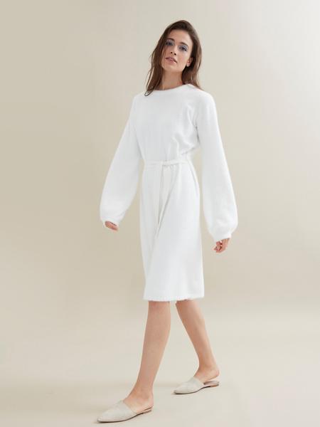 Трикотажное платье с поясом - фото 4