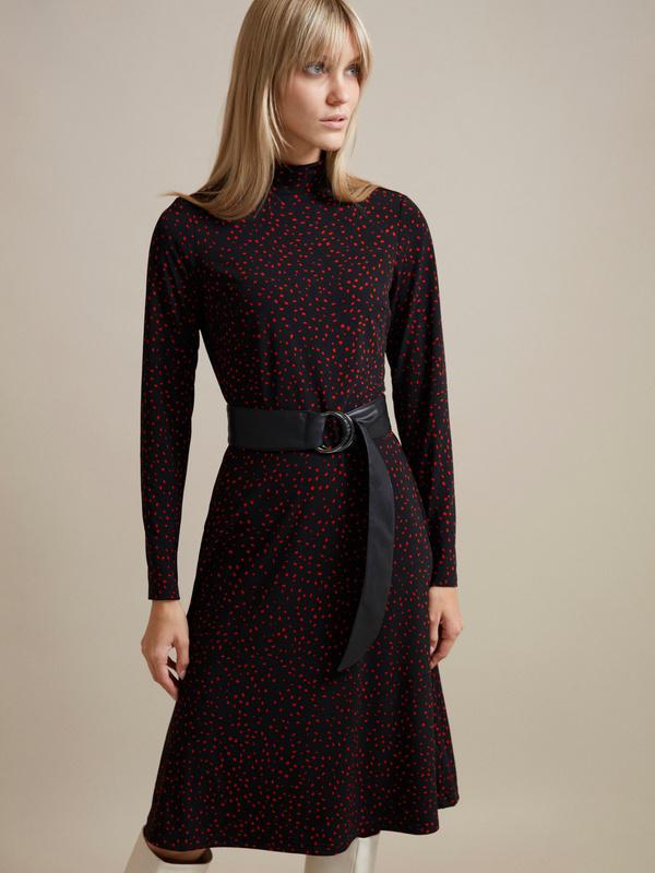 Платье в мелкий горох с поясом