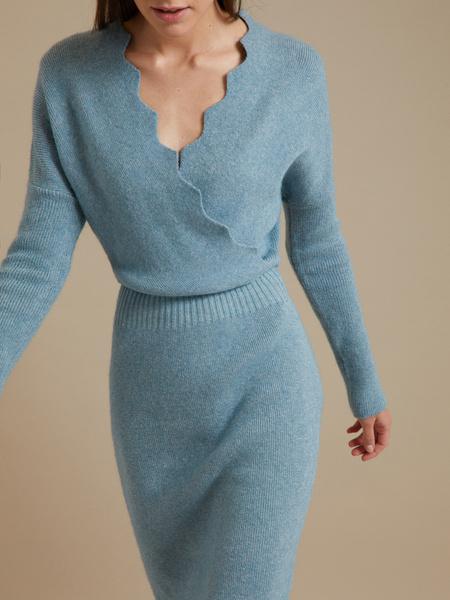 Трикотажное платье-миди на запахе - фото 2
