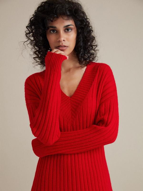 Трикотажное платье с V-образным вырезом - фото 3