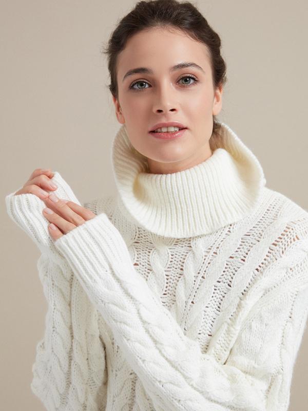 Удлиненный свитер вязки косы - фото 2