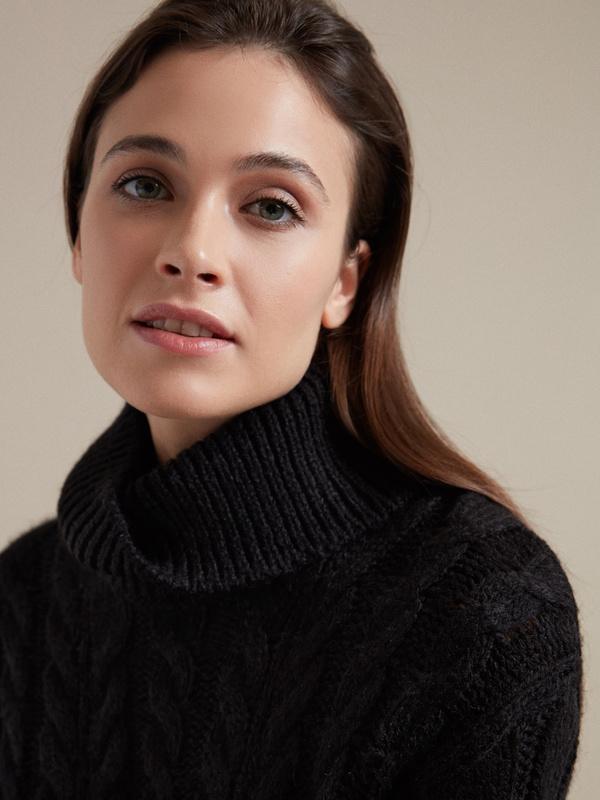 Удлиненный свитер вязки косы - фото 3