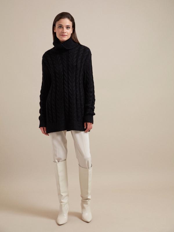 Удлиненный свитер вязки косы - фото 5